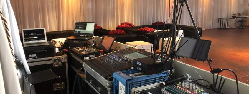 Eventtechnik ist nur so gut wie die Menschen, die sie auswählen und bedienen. Wir entwickeln für Sie Technikonzepte, die optimal auf Ihr Event abgestimmt sind. Egal ob Lichttechnik, Bühnentechnik oder Tontechnik.